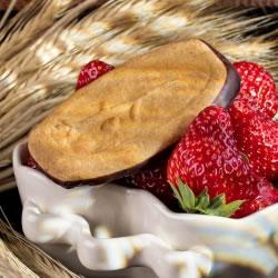Biscuit long fraise avec socle de chocolat