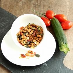 Mélange de graines apéritives avec tomates et courgettes